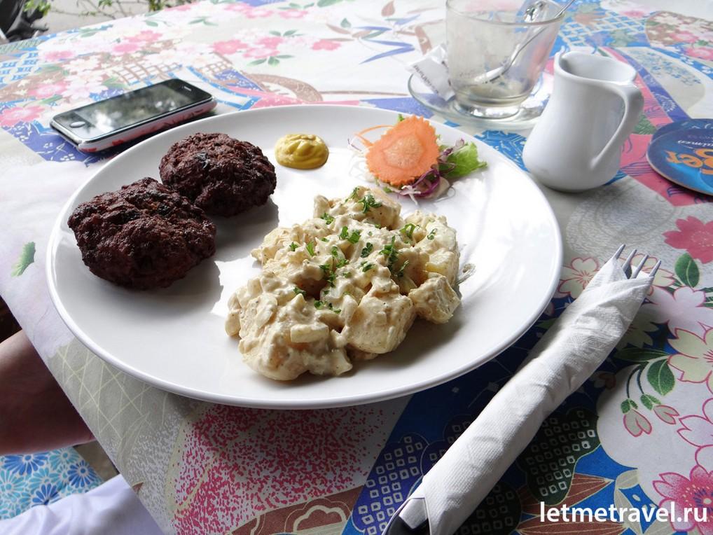 Юлькин обед: картошка в соусе и котлеты