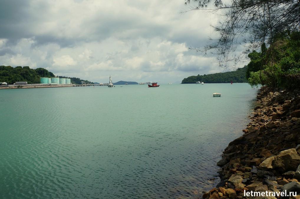 Вид на бухту справа от порта Пхукета