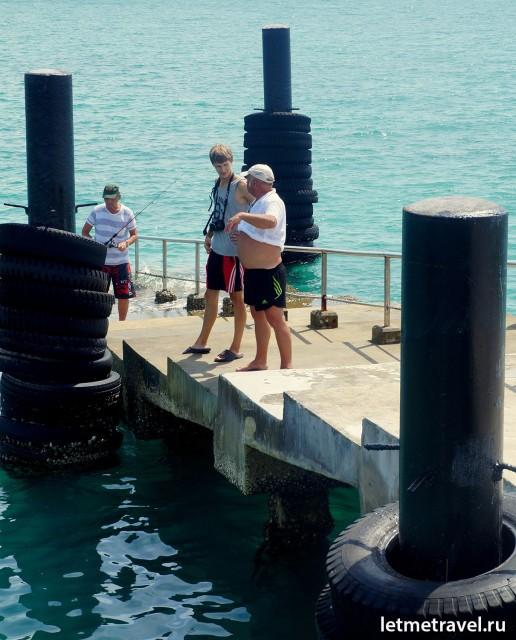 Саша общается с местными рыбаками