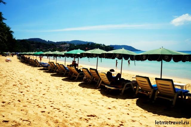 Шезлонги на пляже Ката