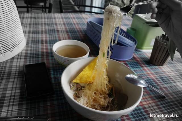 Макароны Noodles и мясной бульон, блюда тайской кухни фото